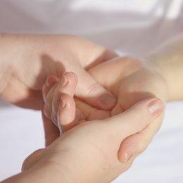 Darle masaje a los dedos de tus manos te libera emociones bloqueadas - www.michellebadillo.com